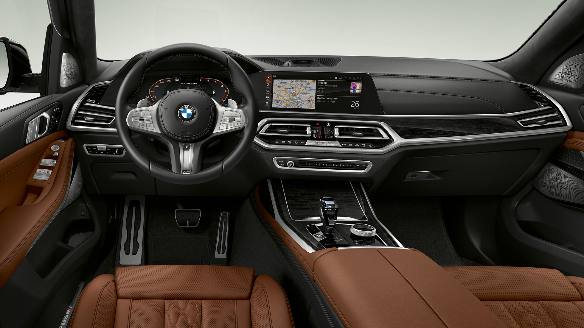 Frontal close-up of the driver's cockpit of the BMW X7 with BMW X7 M50d features